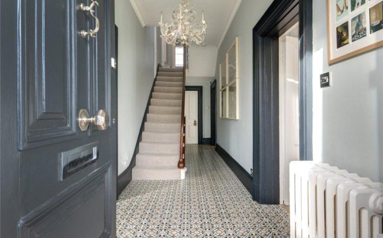dark skirtings and door frames via savills