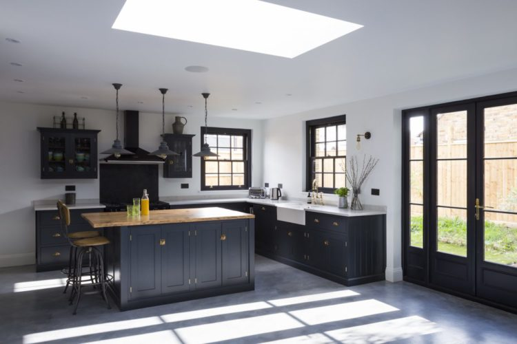 navy blue kitchen from kempe house via shootfactory