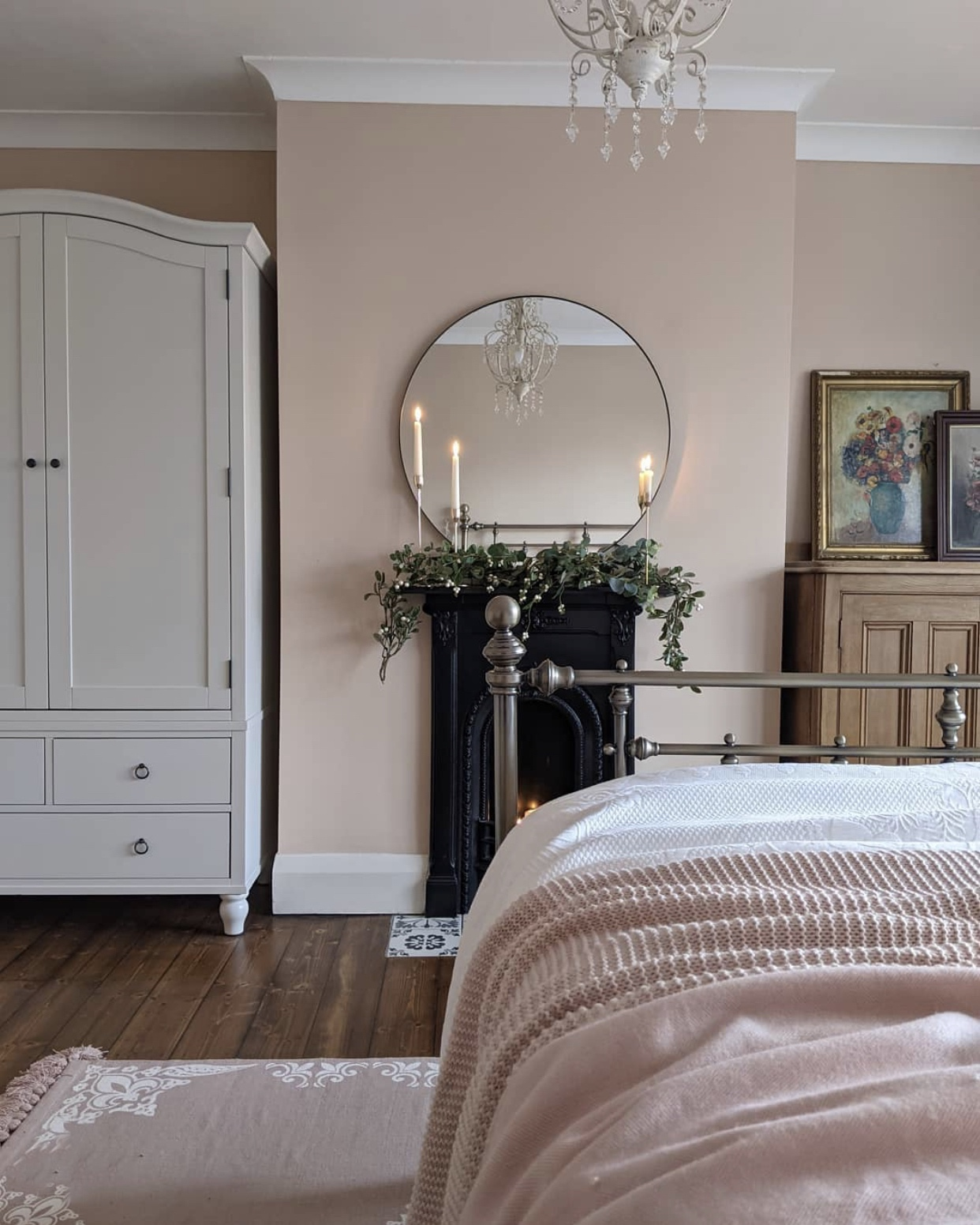 soft pink bedroom from @elle_the_home_bird